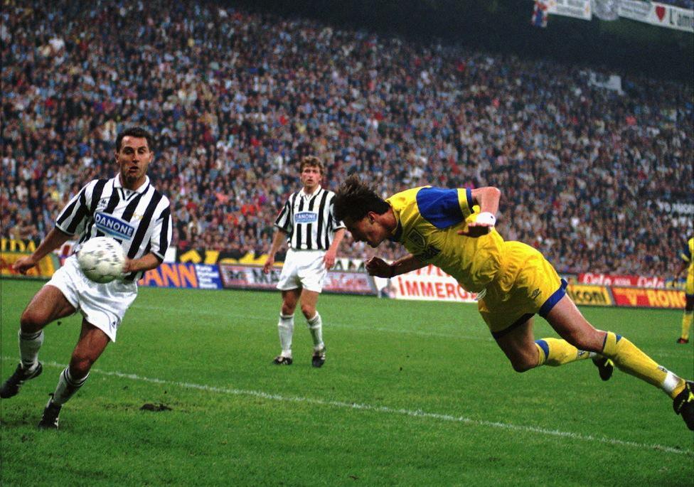 Dino Baggio segna il gol della vittoria nel ritorno della finale di Coppa UEFA del 1994-1995, contro la Juventus. Il Parma riuscì a pareggiare per 1-1 dopo aver vinto l'andata 1-0 (Ap Photo/Luca Bruno)